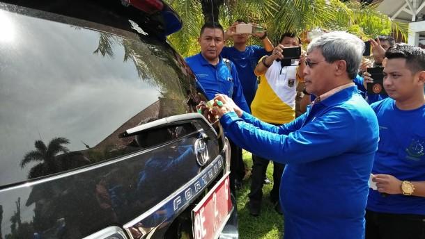 Wakil Bupati Lampung Tengah Loekman menempeli kendaraan dinasnya dengan stiker antikorupsi. | Raeza/Jejamo.com