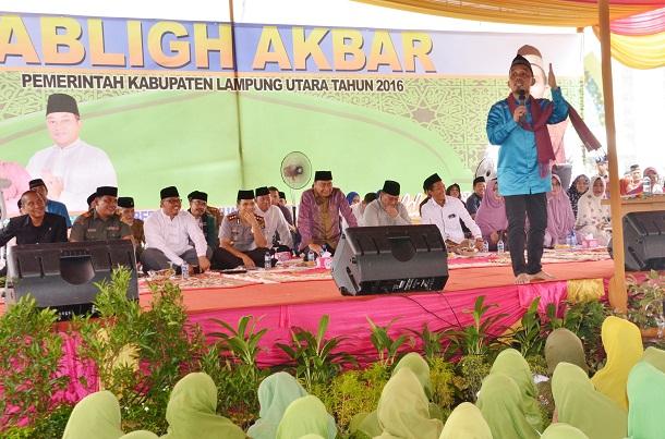 Ustadz Maulana Beri Tausiyah dalam Pengajian Akbar Pemkab Lampung Utara