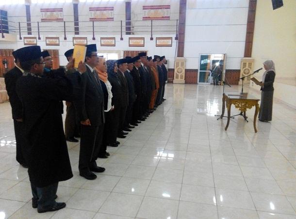 Bupati Lampung Timur Chusnunia Chalim melantik 26 pejabat eselon II B kabupaten setempat di Gedung Pusiban, Jumat 02/12/2016 | Suparman/jejamo.com