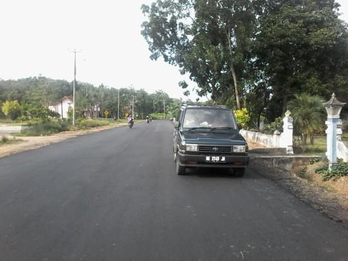 Proyek pelebaran jalan  di Tiyuh Panaraganjaya  yang di-hotmix dengan kedalaman fondasi lapisan bawah hanya berkisar 10 sampai 24 cm. | Mukaddam/Jejamo.com