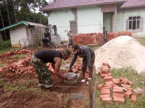 Warga Desa Margorahayu Mesuji Gotong-royong Bangun Rumah Dinas Bhabinsa