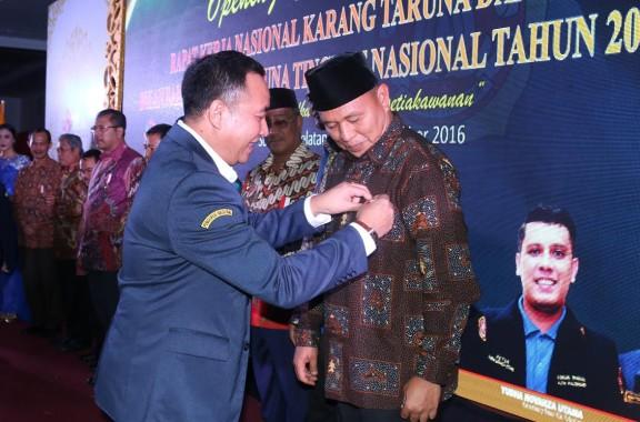 Bupati Lampung Tengah  Mustafa menerima penghargaan Satya Lencana Aditya Karya Mahatva Yodha Award (KMYA) 2016 di Palembang. | Raeza/Jejamo.com