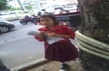 """""""Anak Sekecil Itu Berkelahi dengan Waktu"""", Aulia Umur 9 Tahun di Bandar Lampung Dagang Koran Bantu Ibu"""
