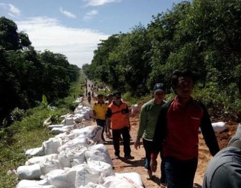 Dinas PU dan Warga Wira Jaya Mesuji Gotong-royong Perbaiki Jalan Rusak