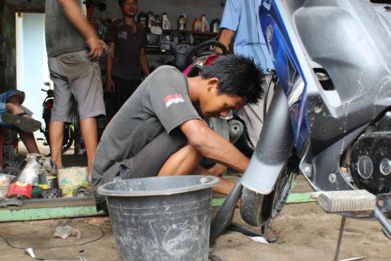 Tukang Tambal Ban Cekatan di Bandar Lampung Ini Ternyata...