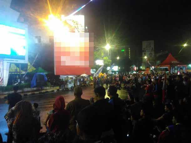 Warga Bandar Lampung Rayakan Kemenangan Timnas Indonesia atas Thailand 2-1 di Tugu Adipura