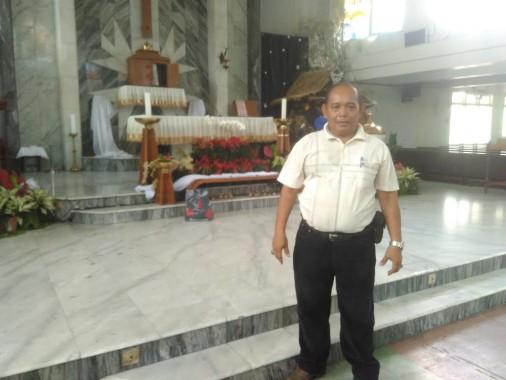 Polwan Berhijab Ini Ramah Bertugas Periksa Isi Tas Jemaat Gereja Santo Yohanes Rasul