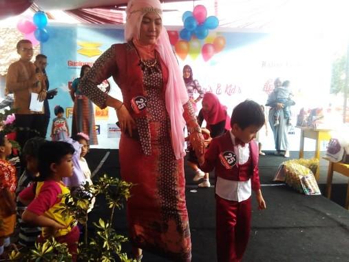 Puluhan Ibu-Anak Meriahkan Fashion Show dan Lomba Mewarnai Zoya