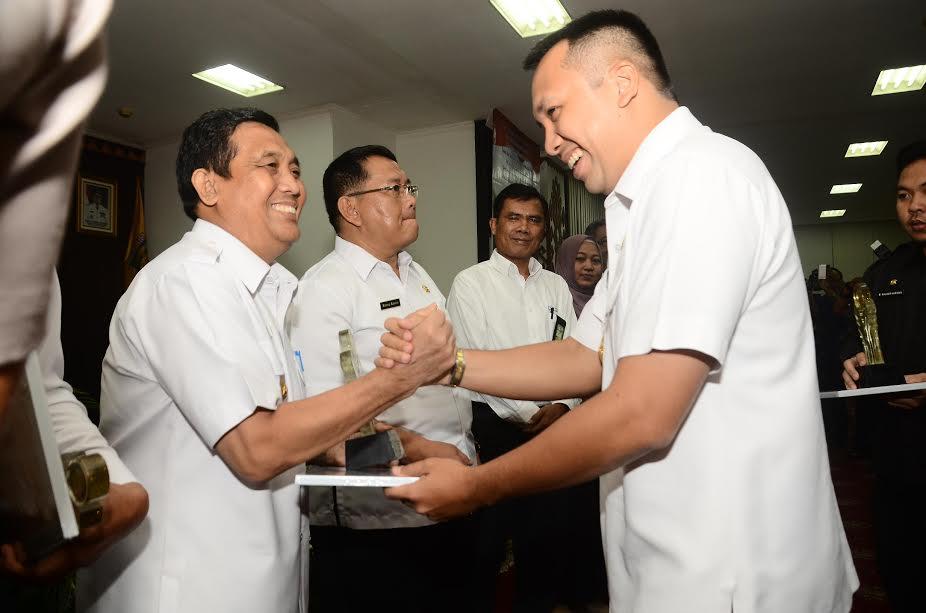 Gubernur Lampung serahkan anugerah keterbukaan informasi public kepada Penjabat Bupati Tubaba Adeham | ist