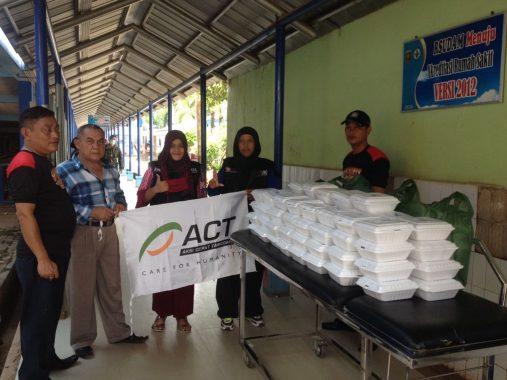 Bingkisan Kasih: ACT Lampung Bagikan 100 Nasi Kotak untuk Keluarga Pasien RSDUAM