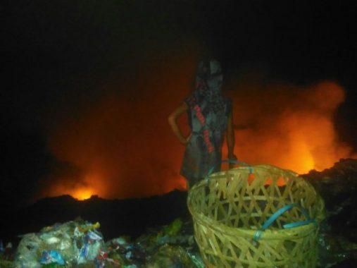 Tumpukan Sampah TPA Bakung Terbakar