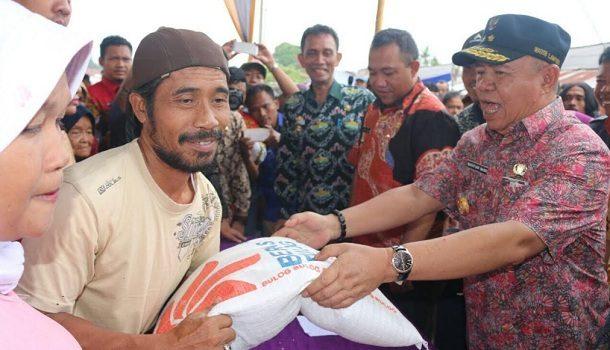 Musim Hujan, Omzet Penjual Jas Hujan di Jalan Urip Sumoharjo Bandar Lampung Naik 100 Persen