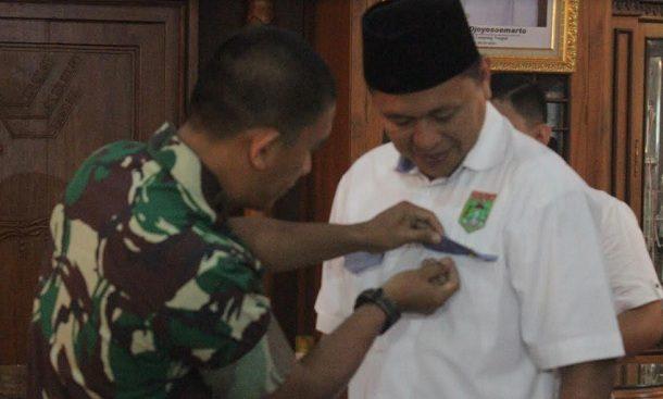 Advertorial: Terus Membangun, Bupati Lampung Tengah Mustafa Terima Penghargaan dari Dandim 0411/LT