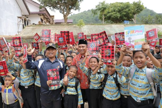 Canangkan Gerakan Literasi, Parosil Mabsus Bagikan Buku Gratis di Lampung Barat