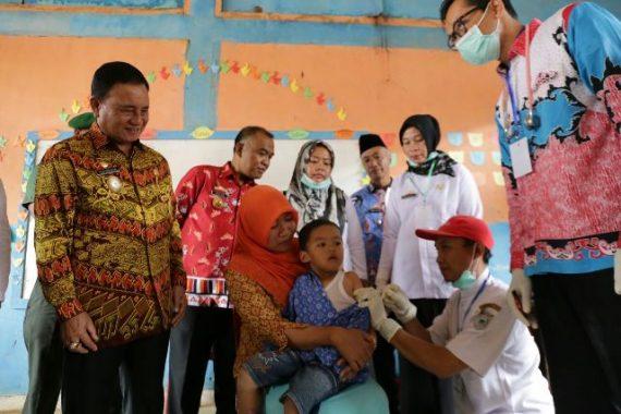 Wakil Bupati Lampung Barat Mad Hasnurin Tinjau Imunisasi