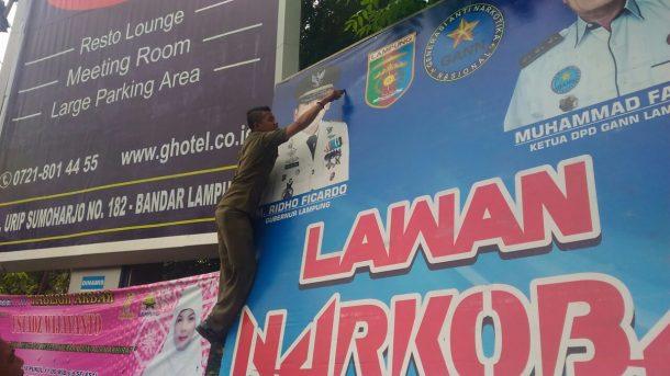 PILGUB LAMPUNG: Satpol PP Bandar Lampung Bersihkan Banner Calon Gubernur