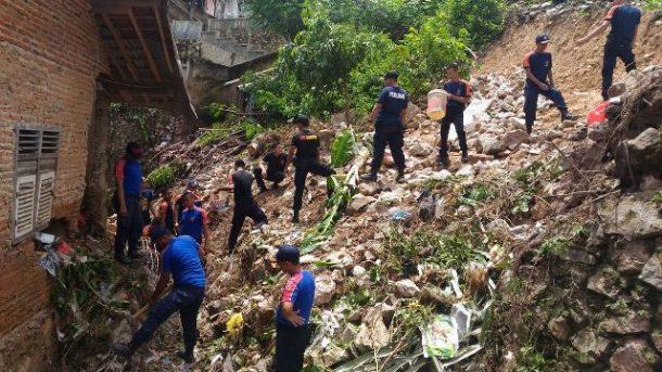 Personel BPBD Bandar Lampung Bersihkan Puing Tembok Roboh di Jalan Warsito