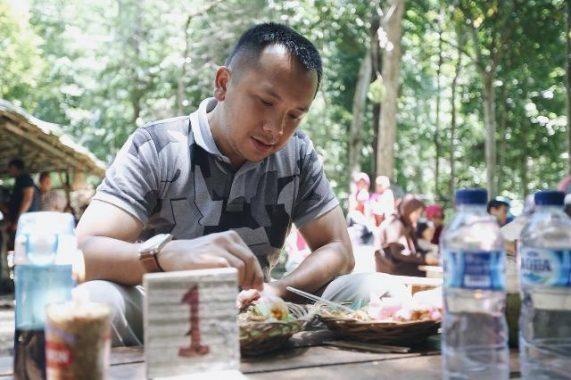 PILGUB LAMPUNG: Nikmati Akhir Pekan, Muhammad Ridho Ficardo Cicipi Jajanan Pasar di Tahura