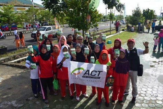 ACT Lampung Bagikan Susu Gratis Peserta Senam Lansia di Pringsewu