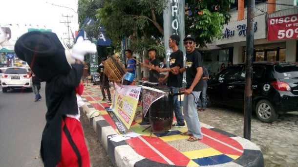 "Jalan Kartini Bandar Lampung ""Pecah"", Relawan Anis Matta Bagikan Selebaran Diiringi Musik Jalanan"