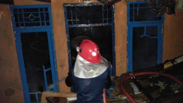 Rumah Terbakar di Panjang, 5 Mobil Pemadam Kebakaran Diterjunkan