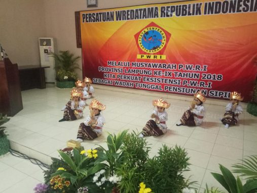 PILGUB LAMPUNG: Janji Nunik Majukan Industri Kreatif Usai Nikmati Penampilan Band Naif