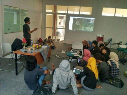 PILGUB LAMPUNG: Di Lampung Timur, Ahmad Jajuli Silaturahmi ke Rumah Warga Miskin
