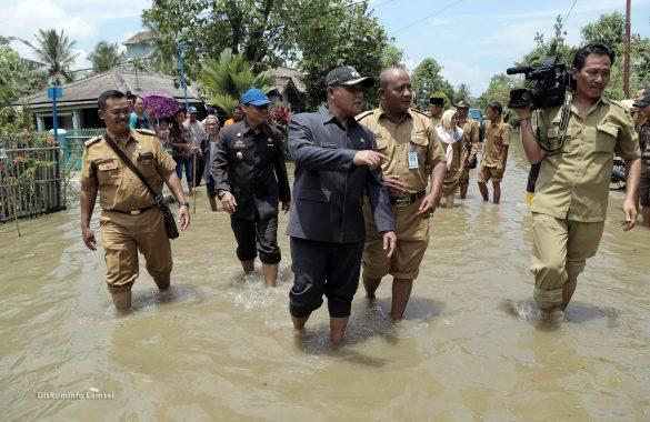 Tinjau Banjir di Palas, Nanang Ermanto Beri Bantuan Sembako