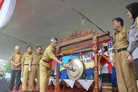 Disaksikan Wali Kota Metro, Pjs Gubernur Lampung Buka LKS SMK XXVI di Lapangan Iring Mulyo