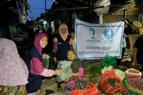 Hari Kartini, LAZDAI dan Kompak Lapak Bagikan Busana Muslim ke Pedagang