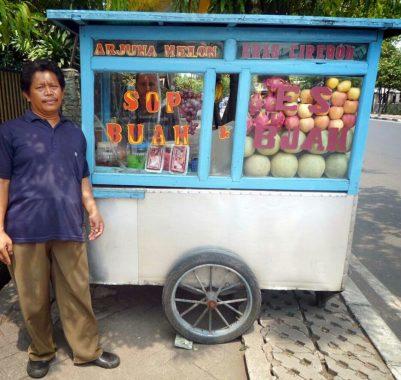 PILGUB LAMPUNG: Muhdi Penjual Sop Buah Terlanjur Percaya Kinerja Herman HN