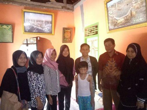 Ikam Lampura Distrik Unila Bantu Siti Penderita Kulit Melepuh