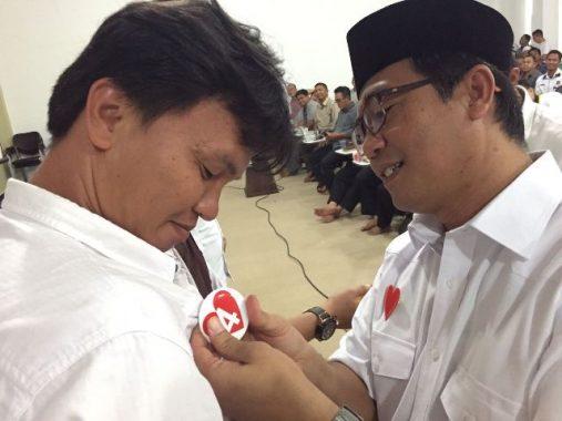 PILGUB LAMPUNG: Ahmad Jajuli Sematkan Pin Lambang Hati ke Caleg PKS, Ajak Menangkan Nomor 4