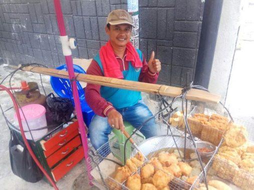 PILGUB LAMPUNG: Tarsiman Penjual Gorengan Ingin Ridho Ficardo Pimpin Lampung Dua Periode