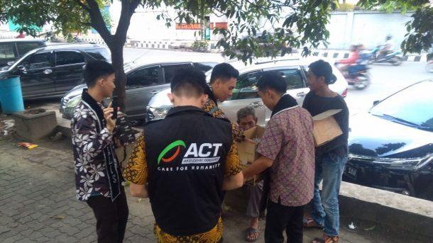 ACT Lampung Bagikan Paket Buka Puasa buat Duafa di Sekitar Stasiun Tanjungkarang