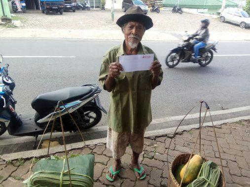 PUASA DUAFA: Kakek Sakri Keliling Jualan Daun Pisang demi Lauk Pauk Buka Puasa
