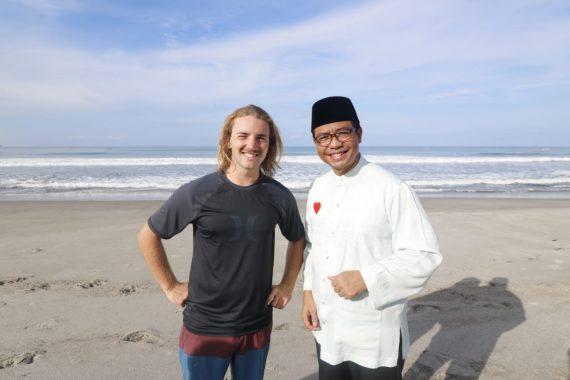PILGUB LAMPUNG: Di Pantai Tanjung Setia Pesisir Barat, Ahmad Jajuli Sempatkan Ngobrol dengan Bule Selandia Baru