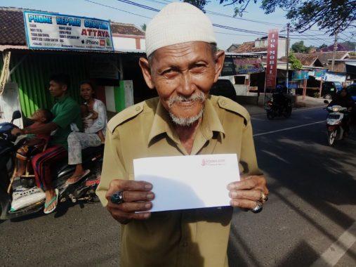 PUASA DUAFA: Kakek Gusnan Tetap Jualan Pempek Meski Sepi Pembeli