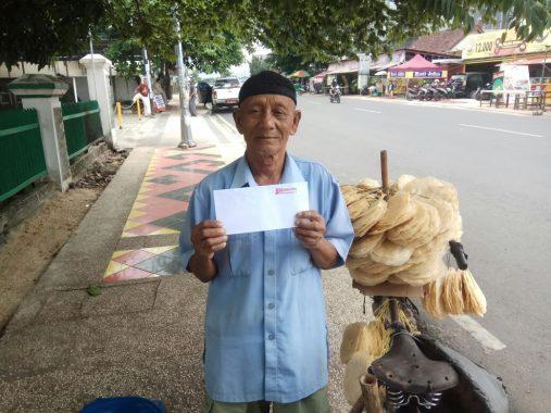 PUASA DUAFA: Kakek Unang Penjual Opak Utamakan Salat Berjamaah