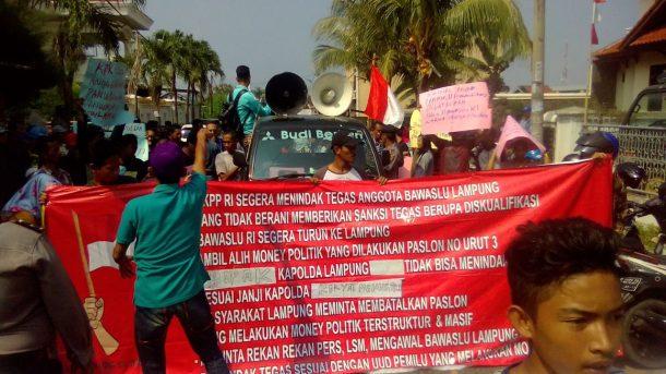 Demo di Bawaslu Lampung, Massa Yakin Politik Uang Sistematis dan Masif