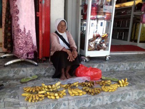 Nenek Warsini, Mengais Rezeki di Trotoar Simpur Center Bandar Lampung