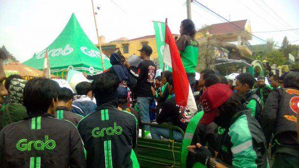 Ratusan Driver Duduki Kantor Grab Bandar Lampung