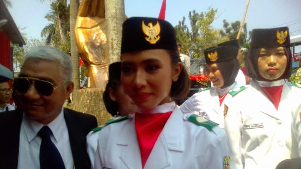Si Cantik Kadek Gita Siswi SMAN 13 Bandar Lampung Bangga Bawa Baki Merah-Putih HUT RI di Stadion Pahoman