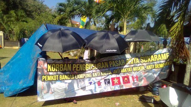 Korban Gusuran Pasar Griya Sukarame Sudah Satu Minggu Tinggal di Pelataran DPRD Bandar Lampung