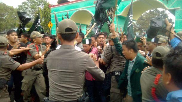 Demo di DPRD Lampung, Massa HMI Adu Dorong dengan Pol PP
