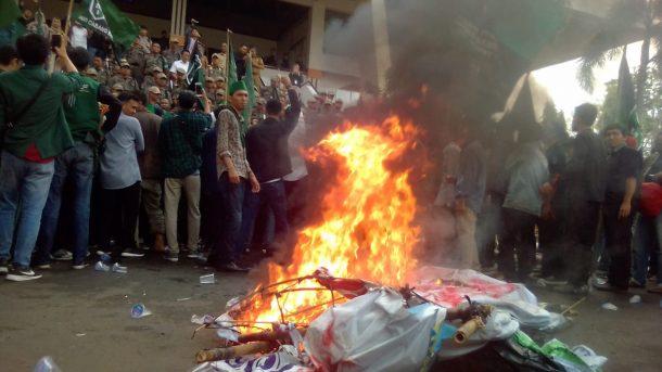 Demo di DPRD Lampung, Massa HMI Bandar Lampung Bakar Ban dan Keranda