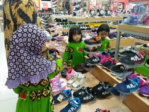 Program Nraktir Anak Yatim, IKA Smanda 97 Ajak 50 Penghuni Panti Asuhan Bussaina Belanja di Mal