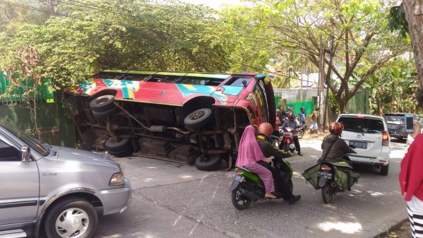 Bus Rombongan Pendemo dari Pringsewu Terguling di Bandar Lampung