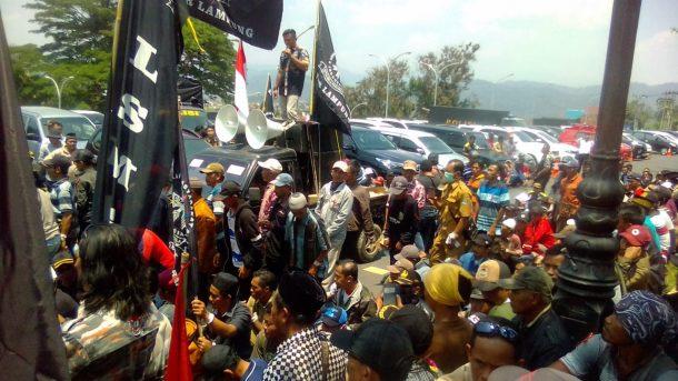 Ratusan Orang Geruduk Polda Lampung, Tuntut Pembebasan Kepala Pekon Banjar Rejo