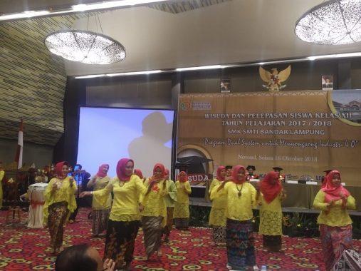 Wisuda SMK SMTI Bandar Lampung Heboh, Guru-Guru Tampil Operet Jenaka, Hahaha.....